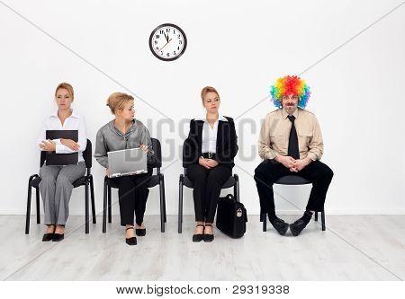 Há um em cada multidão - palhaço entre candidatos a emprego