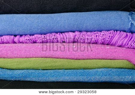 Montón de coloridas bufandas