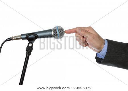 Kaufmann testen ein Mikrofon eine Rede auf einer Pressekonferenz zu machen