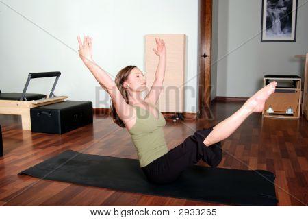 professionellen Pilates Instructor tun Boden Übungen