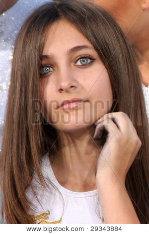 LOS ANGELES - 26 de JAN: Paris Jackson no Michael Jackson imortalizado Handprint e pegada Ce