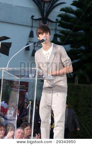 LOS ANGELES - JAN 26:  Justin Bieber speaks at the Michael Jackson Immortalized  Handprint and Footprint Ceremony at Graumans Chinese Theater on January 26, 2012 in Los Angeles, CA