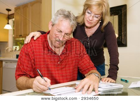 Mature Couple - firma de documentos