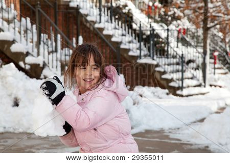 Niña lanza una bola de nieve gigante