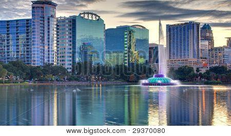 Skyline de Orlando, na Flórida, do Lago Eola.