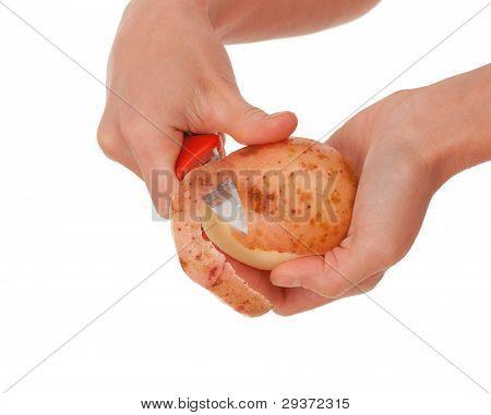 Mão segurando a faca para descascar batata