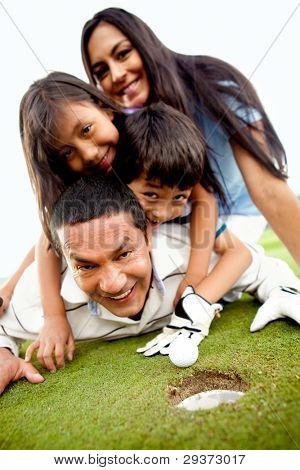 Família imposição sobre o campo de golfe ao lado de toda a
