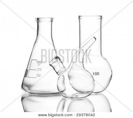 Cristalería de laboratorio vacío tres con reflexión aislado en blanco