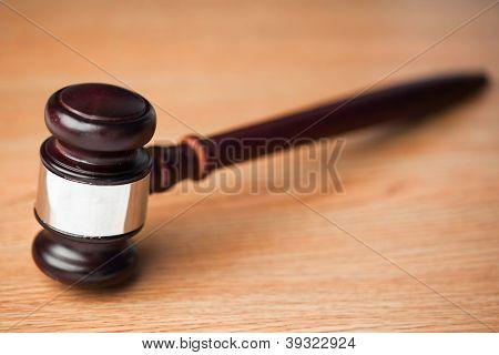 Martelo sobre uma mesa de madeira de madeira