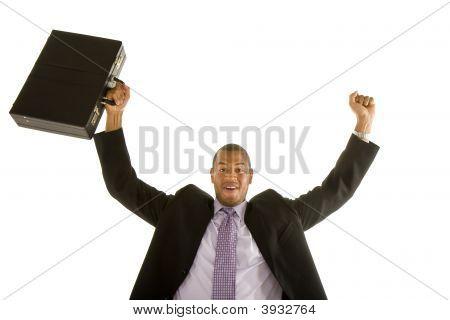 Hombre negro traje levantando el puño y maletín