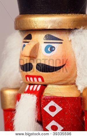 Nahaufnahme Makro einer geschnitzten hölzernen Christmas Nussknacker militärische Figur