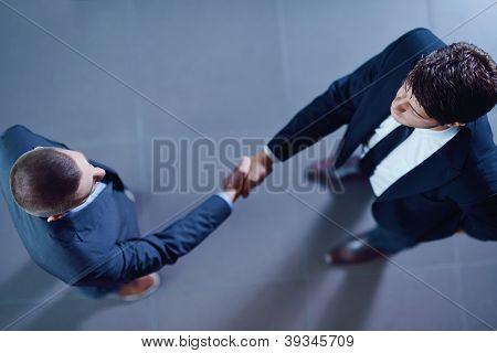 Geschäftsleute, die Hände schütteln zu machen, Deal und Zeichen Vertrag