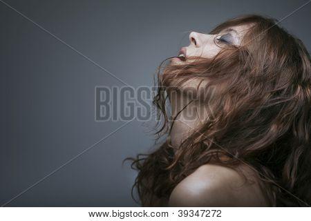 escravidão de mulher Redhaired em fundo cinza