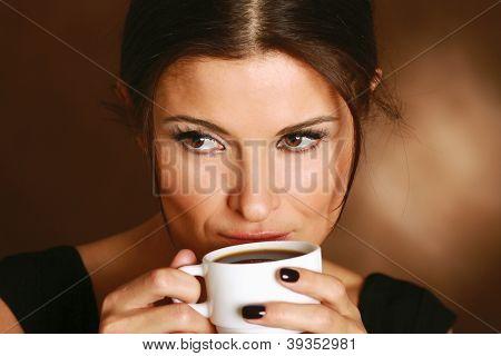 Retrato de una mujer tomando café