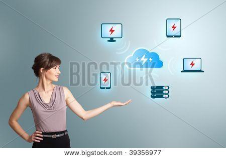 Bella joven que presenta la red de computación en nube