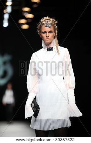 ZAGREB, Kroatien - Oktober 18: Fotomodell trägt Kleid von Hippie-Garten bei 'Croaporter' Fashion aus