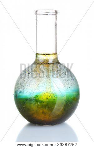 brilhantemente tinta num frasco com água isolada no branco