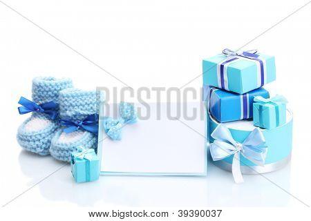 presentes bonitos, botas na bebê e cartão em branco, isolado no branco