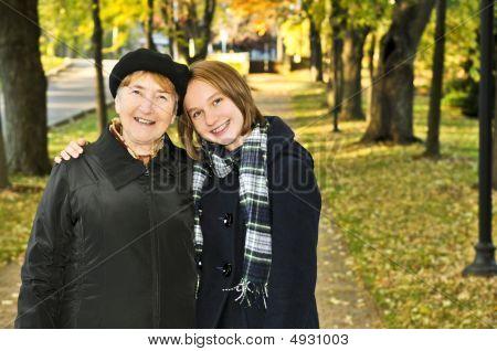 Nieta caminando con la abuela
