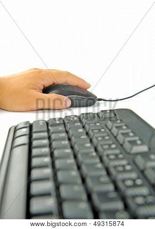 Teclado isolado ergonómico e mão no mouse atiraram sobre fundo branco