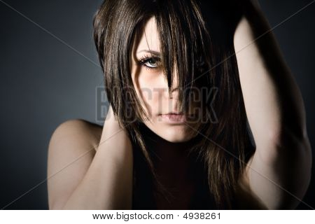 Studio Shot de adolescente temperamental sobre fundo cinza