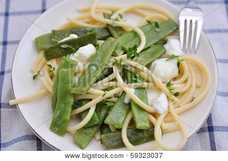 Spaghetti with sugar snap peas and mozzarella