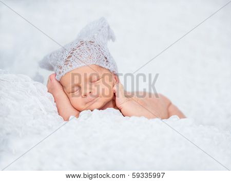 Newborn cute baby  sleep in a knitted hat