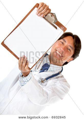 Médico con un portapapeles