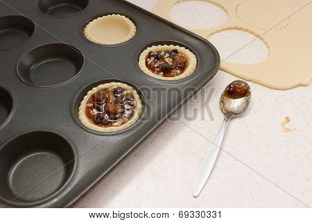 Filling Pastry Cases With Mincemeat