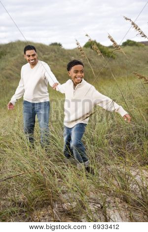 afrikakarte american Boy ziehen Vater zusammen Sanddünen