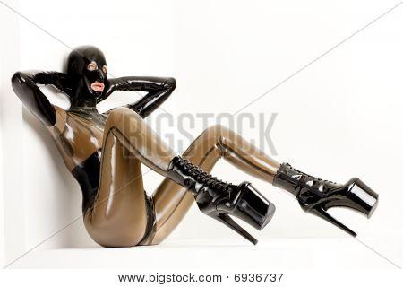 mujer vestida con látex