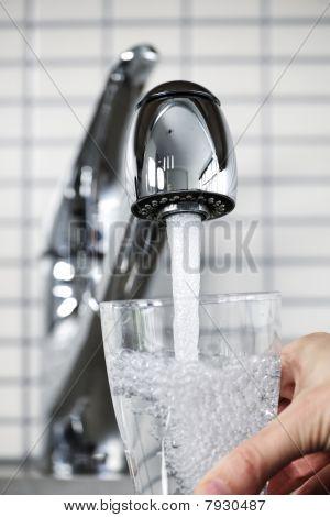 Llenar el vaso de agua del grifo