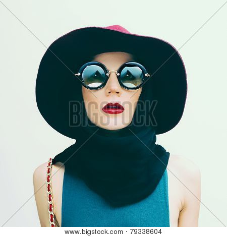 Glamorous Lady In Vintage Hat And Sunglasses Trend. Fashion Portrait