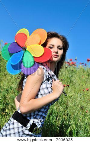 Chica y molino de viento