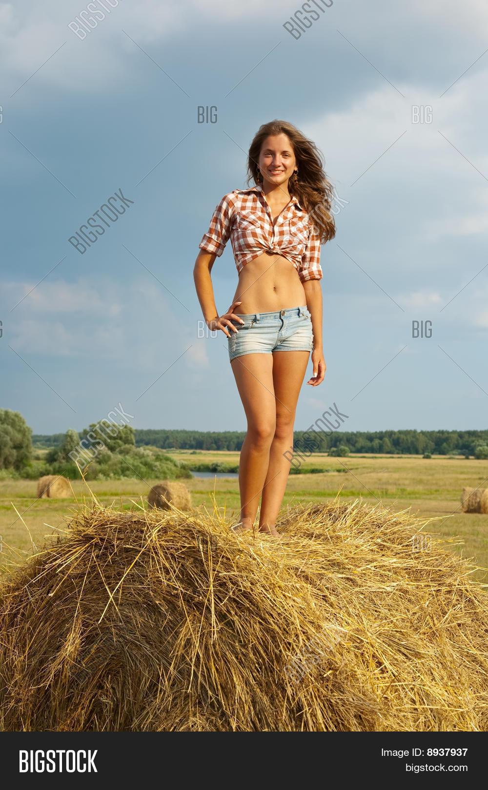 Фото девочки возле сена 14 фотография