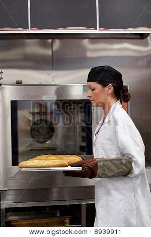 Encantadora joven panadero con Baguettes