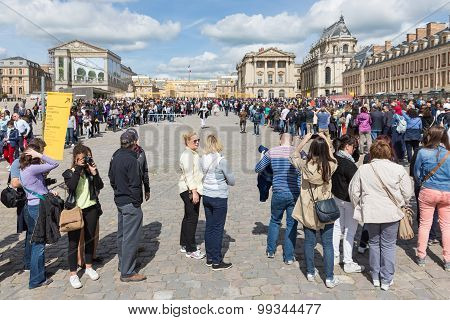 Visitors Waiting In Long  Queues  To Visit The Palace Of Versailles, Paris, France