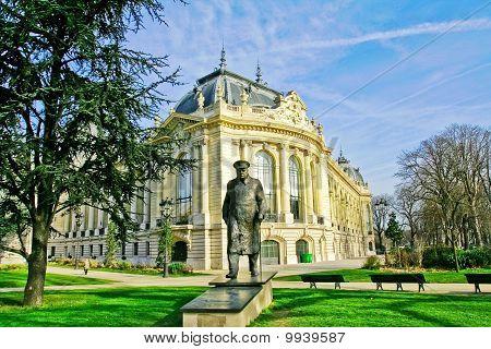 the small basilica (le petit palais impérial) in Paris