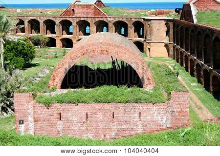 Fort Jefferson, Inner wall, battery and courtyard