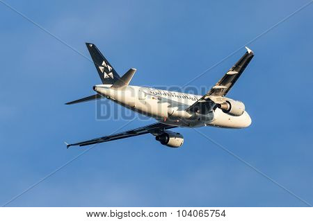 Star Alliance Airbus A319 Aircraft After Takeoff