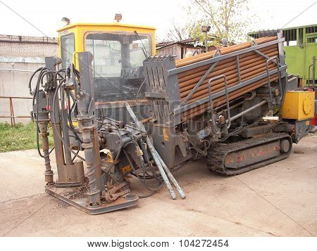 Self-contained drilling rig