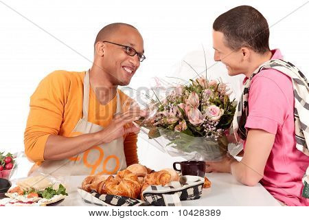 San Valentín de Pareja Gay de origen étnico mixto