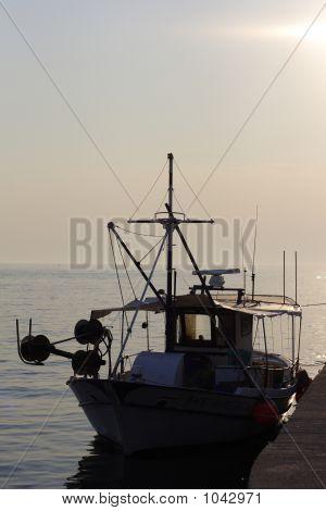 Puesta de sol sobre pescadores en Grecia