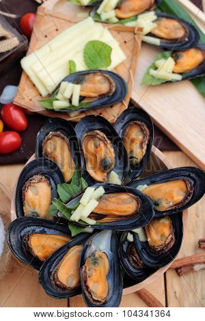 Mussel Bake, Sprinkle With Cheese Is Delicious.