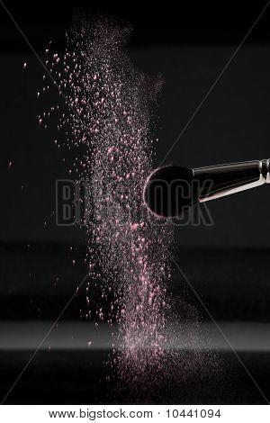 Detalhe de um pincel de Blush com pó solto Rosa Blush
