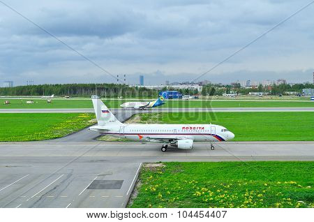 Rossiya Airlines Airbus A319-112 And Ukraine International Airlines Boeing 737-500 Aircrafts In Pulk