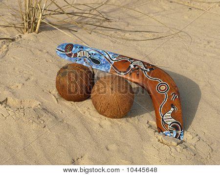Boomerang und Kokosnüsse.