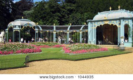 Eine Voliere. Garten. Blumen. Park.