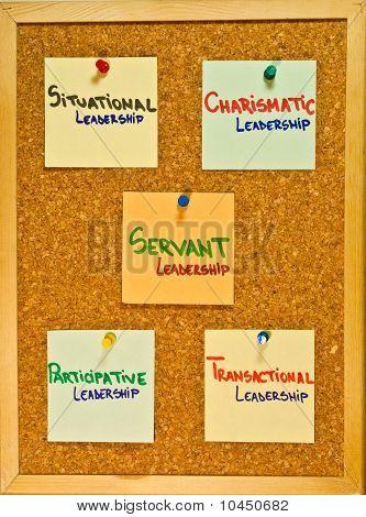 Teorías de liderazgo sobre una plancha de madera