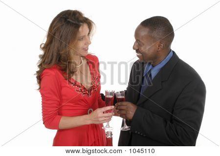 Casal romântico comemorando com vinho 8